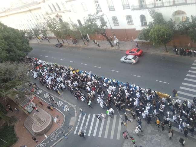 A caminhada foi iniciada por volta das 17h na avenida Independência
