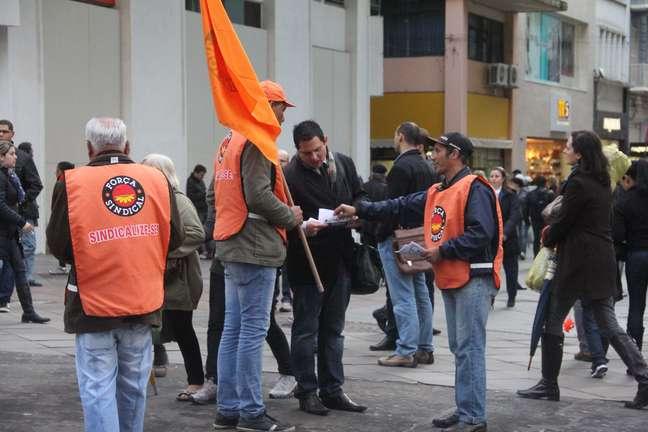 <p>Força Sindical distribuipanfletos na Esquina Democrática, centro dePorto Alegre, pela grande mobilização envolvendo outras correntes sindicais</p>