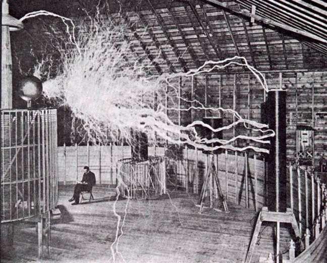 <p>Nikola Tesla em seu laboratório de experimentosna cidade de Colorado Springs (Estados Unidos) em 1899</p>