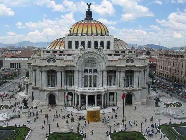 O Palácio de Belas Artes, mais importante centro cultural da Cidade do México, é um símbolo da Revolução Mexicana. O prédio começou a ser construído em 1904, mas as obras foram interrompidas em 1916, quando líderes rebeldes lutavam pelo poder depois da renúncia do ditador Porfírio Díaz, em 1910. A revolução, no entanto, não foi só política, mas também nas artes. Entre as décadas de 1920 e 1950, nomes como Diego Rivera, David Alfaro Siqueiros e José Clemente Orozco colocaram o México no mapa da arte mundial ao pintar enormes murais retratando as lutas históricas do povo de seu país. Terminados os conflitos, o Palácio de Belas Artes foi finalmente inaugurado em 1934, e passou a abrigar algumas das obras-primas criadas na esteira da Revolução Mexicana
