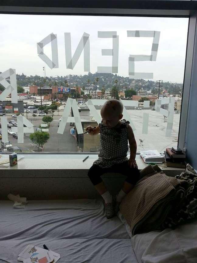 Segundo a mãe, sinal foi escrito como uma brincadeira para ajudar a menina a passar o tempo no hospital