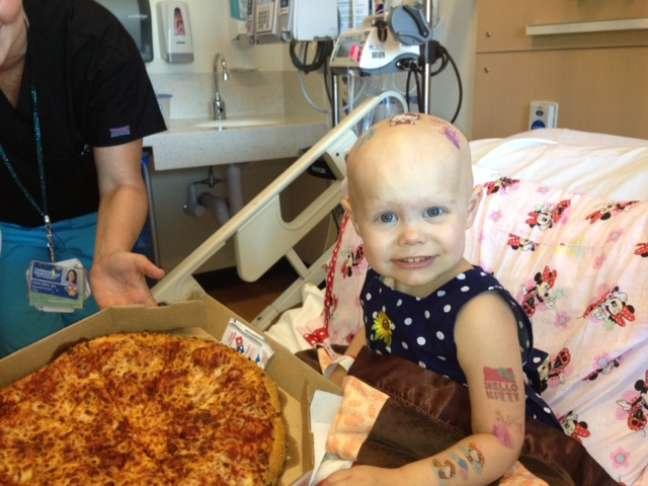 <p>Hazel recebeu mais de 20 pizzas, o que iniciou uma festa com outros pacientes, m&eacute;dicos e enferemeiros</p>