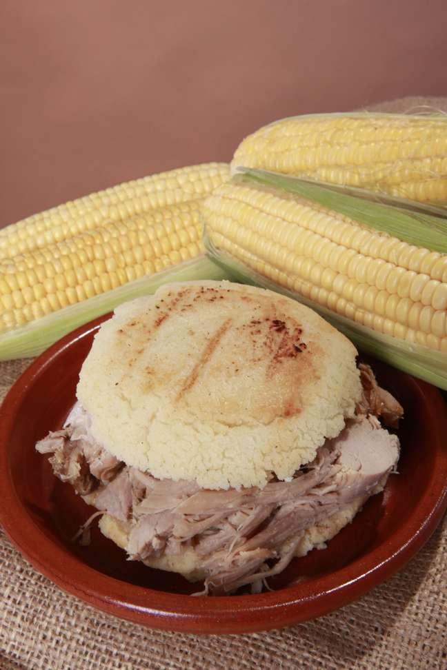 A culinária venezuelana tem várias semelhanças com a brasileira, mas alguns pratos levam ingredientes inusitados. A arepa é uma espécie de pão de milho que se come com recheio de queijo, carne ou frutos do mar