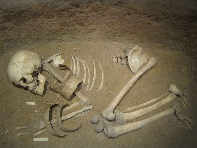 <p>A guerra deixa marcas: armas, lesões nos esqueletos, covas em grupo, habitações fortificadas - o que não foi encontrado em massa durante recentes escavações. A partir de novas análises, arqueólogos contestam a afirmação de que os primeiros humanos guerreavam</p>