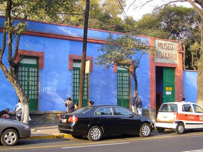 Localizada no bairro de Coyoacán, na Cidade do México, a casa onde Frida Kahlo nasceu e produziu boa parte de sua obra foi transformada em museu em 1958 e hoje é um dos principais pontos turísticos da capital