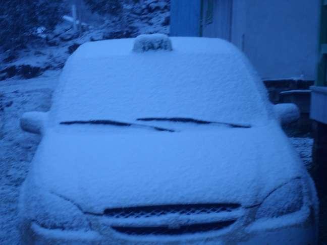 Carro ficou coberto pela neve em São José dos Ausentes, no Rio Grande do Sul, nesta segunda-feira