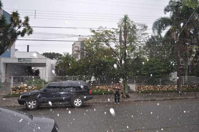 <p>Massa de ar polar intensa provocou neve em Curitiba nesta terça-feira</p>