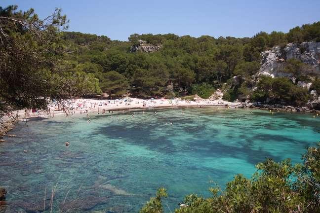 <p>As águas límpidas de Cala Macarella fazem parecer que os barcos estão flutuando<o:p></o:p></p>