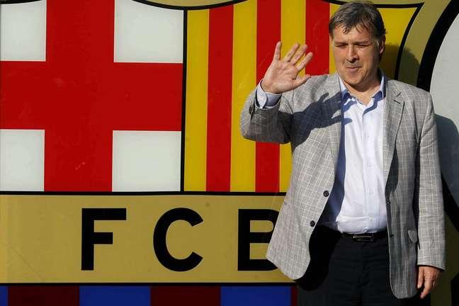 <p>Gerardo Martino posou para a tradicional foto ao lado do escudo do Barcelona, do lado de fora do Camp Nou</p>