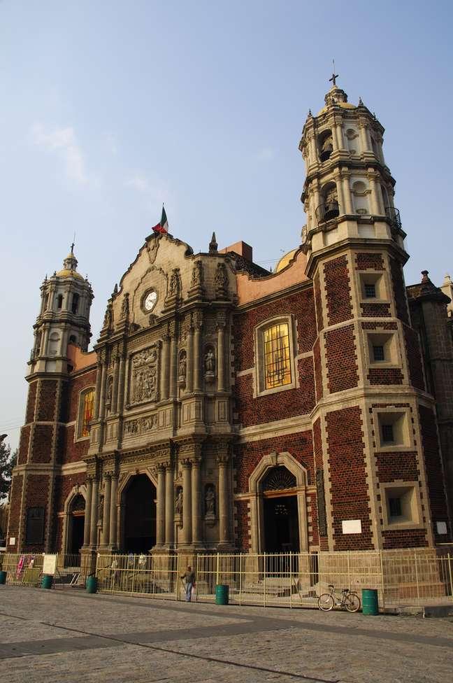 A Basílica de Nossa Senhora de Guadalupe tem duas versões. A mais antiga começou a ser construída em 1531, em estilo romano