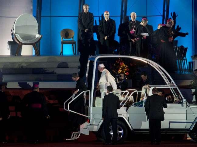 Papa desembarca do papamóvel em sua chegada ao altar montado em Copacabana