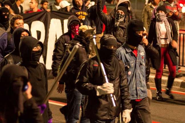 Manifestantes interditaram a avenida Paulista em protesto nesta sexta-feira. Agências bancárias foram alvo de atos de vandalismo