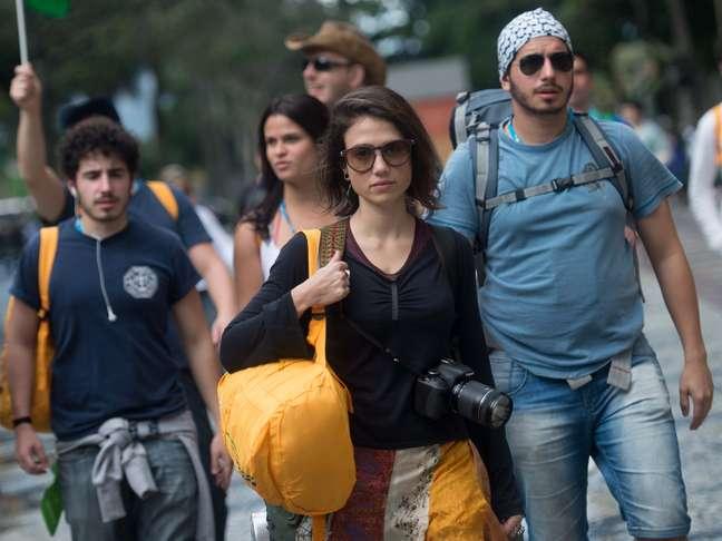 Jovens caminham em direção a Copacabana para o evento que encerra a JMJ