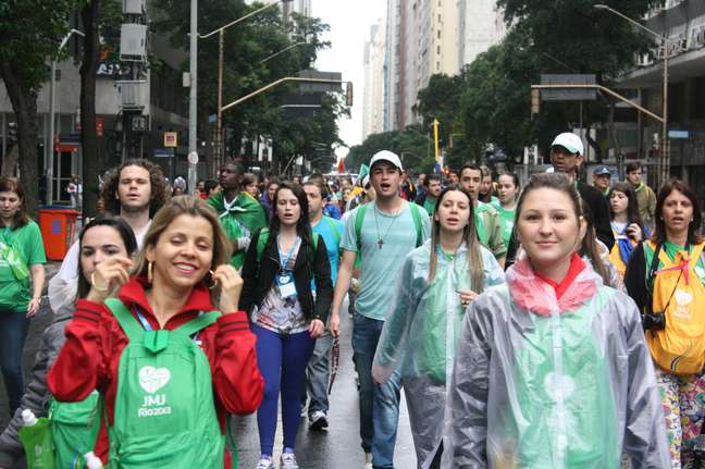<p>Peregrinos começam a se aglomerar em direção ao Aterro do Flamengo</p>