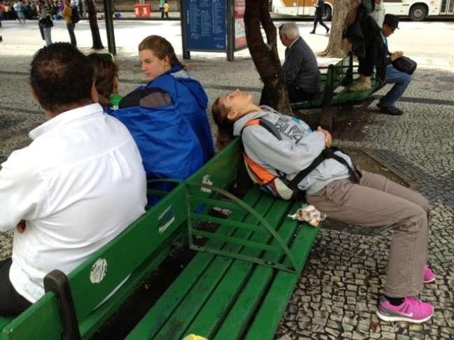 Italiana dorme em banco próximo ao Theatro Municipal do Rio de Janeiro