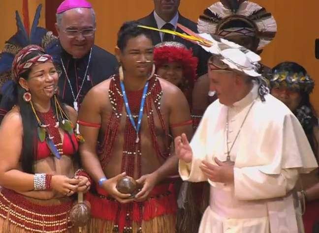 Papa recebe um cocar de um dos representantes indígenas