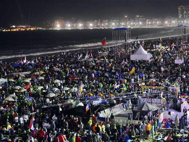 <p>Milhares de peregrinos lotavam as areias de Copacabana &agrave; espera do Papa</p>