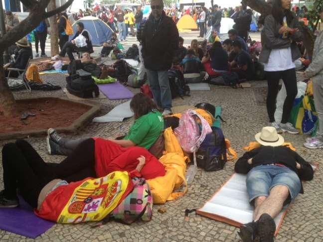 Na região da praça do Lido, o cansaço era visível nas hordas de fiéis deitados no chão alheios ao que estava se passando no palco principal da JMJ