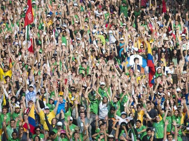 <p>Participantes da JMJ dançam em um flash mobantes da Missa de Envio, em Copacabana</p>