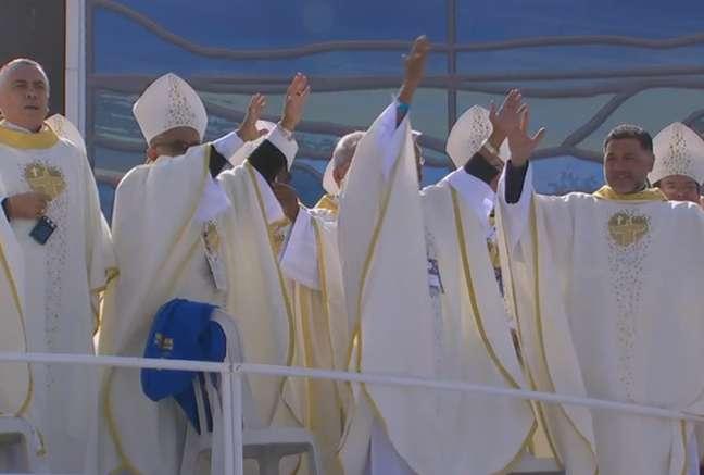 <p>Bispos participamda dança ensaiada para o flash mob antes da Missa de Envio rezada pelo Papa</p>