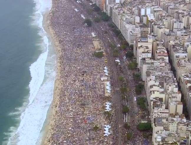 <p>Público estimado em 3 milhões de pessoas devem deixar as areias de Copacabana após Missa de Envio</p>