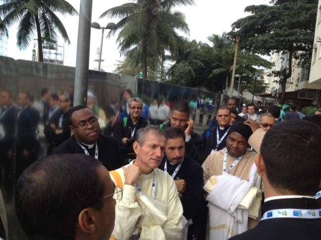 Padres celebram simbolismo de missa final na praia de Copacabana