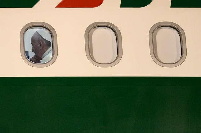 <p>O avi&atilde;o com o Papa Francisco partiu &agrave;s 19h45 deste domingo da Base A&eacute;rea do Gale&atilde;o com destino a Roma</p>