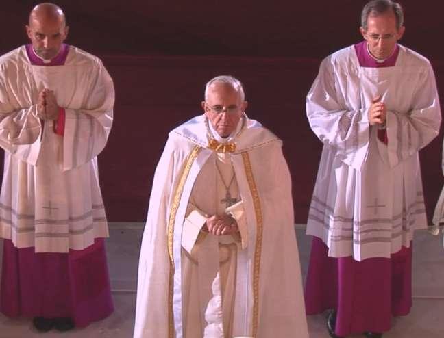 <p>Papa participa da Adoração do Santíssimo durante a vigília em Copacabana</p>