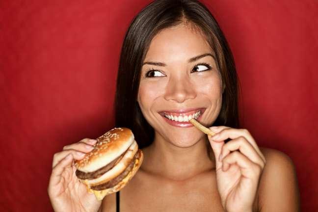 <p>Comer demais depois da academia ou nos momentos de estresse podem trazer grandes prejuízos para o corpo</p>