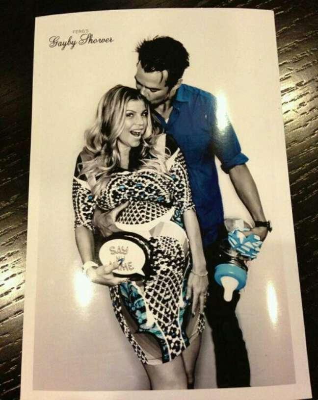 <p>Fergie e o marido Josh Duhamel&nbsp;reuniram amigos para um ch&aacute; de beb&ecirc; neste domingo (28)</p>