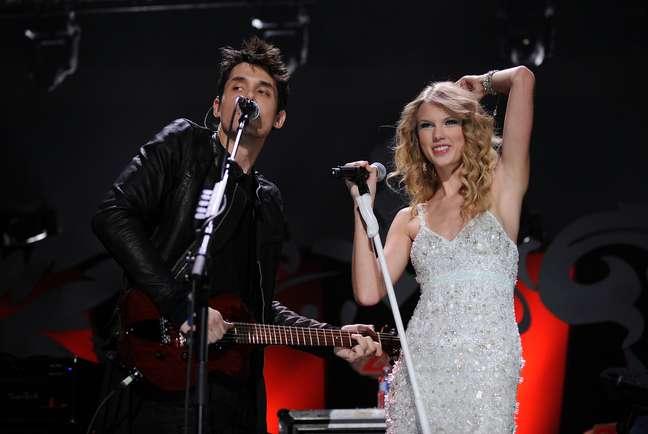 <p>Na foto, a cantora ao lado de John Mayer</p>