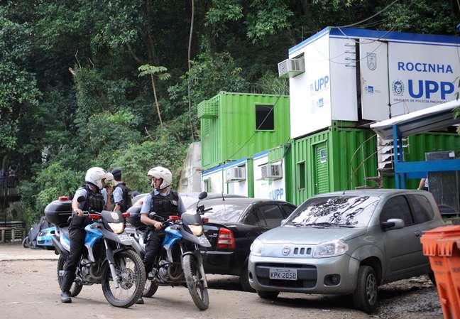 <p>Policiais militares participam das buscas pelo pedreiro Amarildo de Souza, desaparecido desde julho na Rocinha</p>