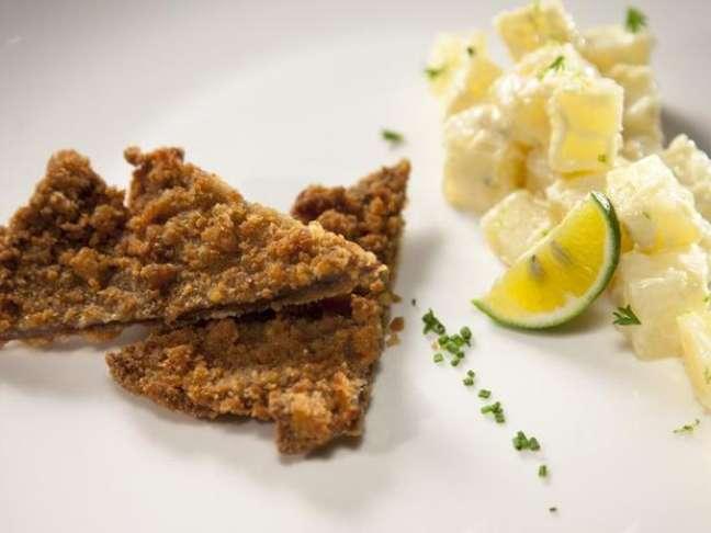 <p>Bife à milanesa com salada de batata também está no cardápio do restaurante Dalva e Dito, do chef</p>