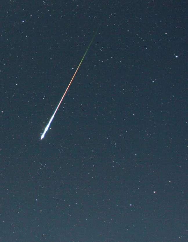 Meteoro cruza os céus durante as Perseidas de 2006