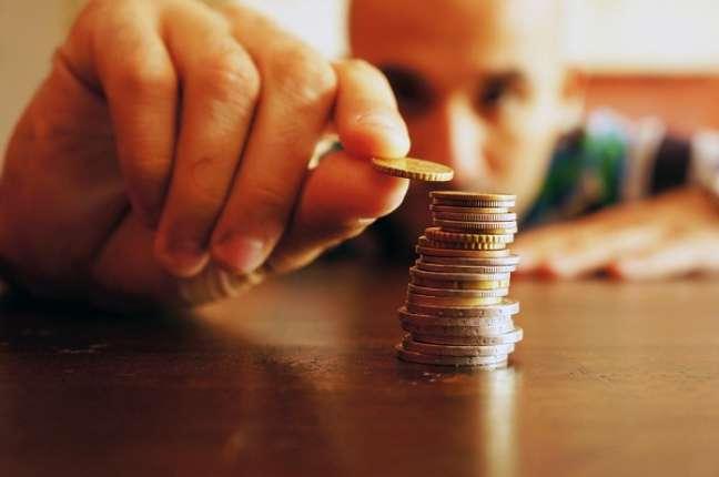 O primeiro passo para começar a acumular dinheiro é abrir uma poupança
