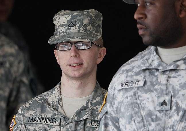 Fardado, Manning é escoltado até o tribunal durante julgamento