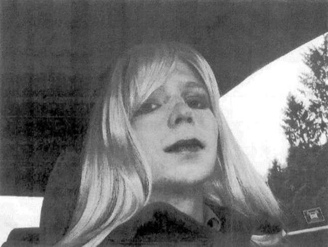 Fotos usando peruca e maquiagem foi anexada por Manning a um e-mail enviado a seu superior