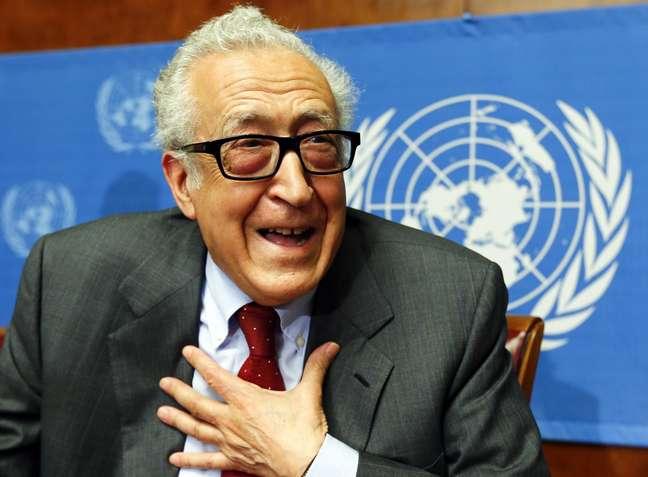 Lakhdar Brahimi gesticula após coletiva de imprensa sobre a situação na Síria, em Genebra