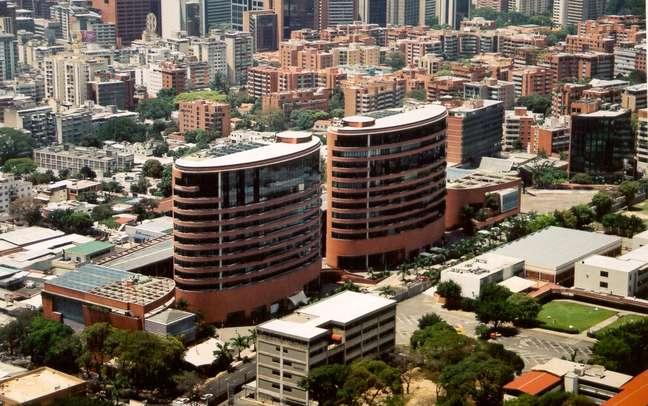 Com sua moderna arquitetura, o Centro San Ignacio se destaca na paisagem de La Castellana