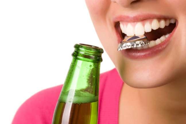 Abrir garrafas com os dentes Esse é um hábito prejudicial, que pode levar à fratura dos dentes. O resultado pode ser uma simples restauração, mas também a necessidade de um implante, dependendo do nível do estrago causado no dente.
