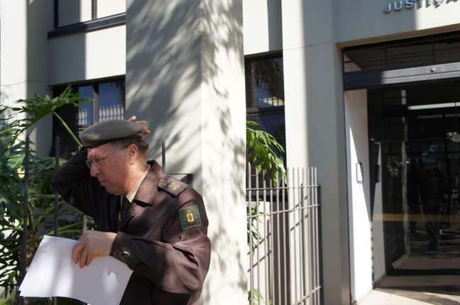 Ex-comandante regional dos bombeiros Moisés Fuchs foi o primeiro a chegar à Auditoria da Justiça Militar de Santa Maria