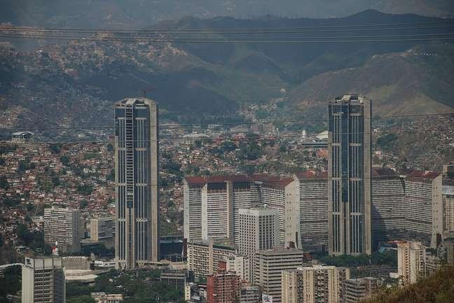 Com 225 metros de altura, as Torres Gêmeas de Caracas são um dos principais cartões postais da cidade e abrigam diversos órgãos governamentais