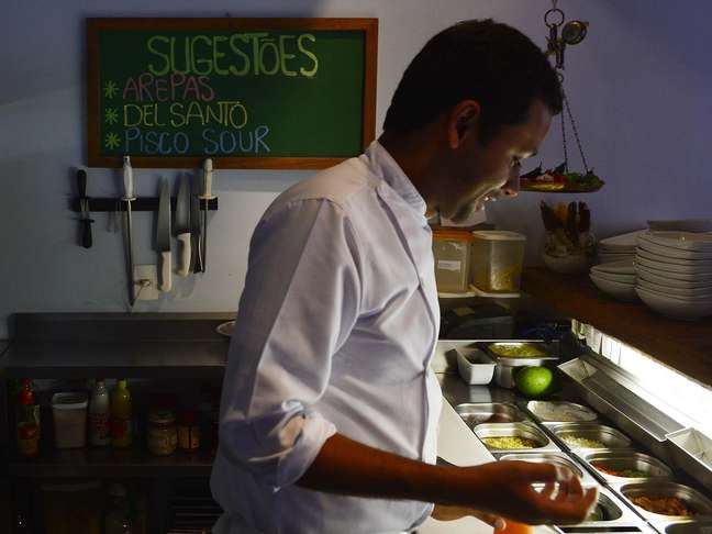 <p>Dabogerto Torres cuida da cozinha do Suri com a ajuda de mais dois cozinheiros</p>