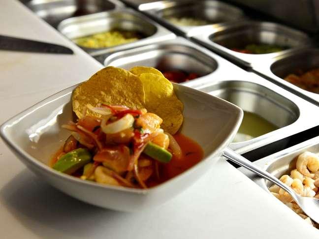 <p>Cogumelos e mandioca são alguns dos ingredientes misturados aos ceviches da casa</p>