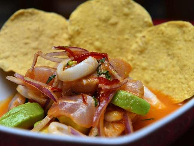 <p>O chef colombino Dagoberto Torresensina como fazer o Ceviche Asteca, um dos pratos do cardápio do Suri Ceviche Bar</p>
