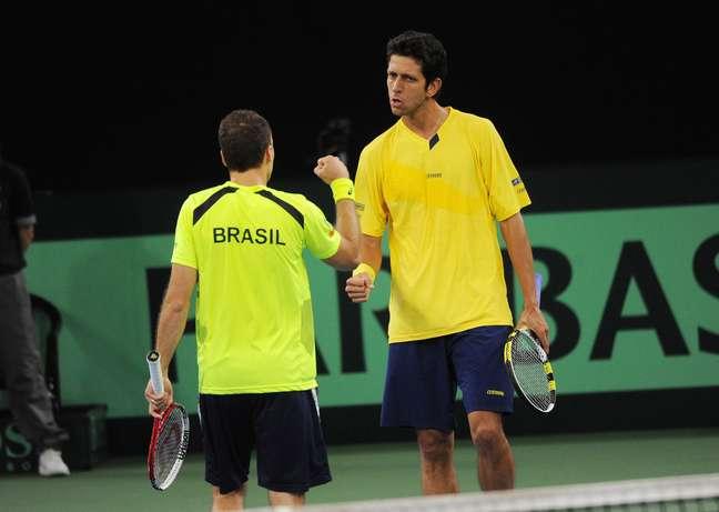 <p>Números 4 e 11 no ranking de duplas da ATP, Bruno Soares e Marcelo Melo fizeram valer o favoritismo diante da dupla alemã Martin Emmrich e Daniel Brands e venceram o duelo deste sábado por 3 sets a 0, com parciais de 6/3, 6/4e 6/4. Com a vitória, os brasileiros diminuiram a desvantagem no confronto de repescagem da Copa Davis para 2 a 1</p>