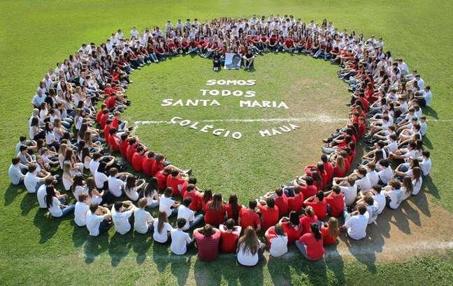 Participaram da iniciativa todos os alunos do Ensino Médio da escola, usando branco, e da 8ª série do Ensino Fundamental, vestindo vermelho