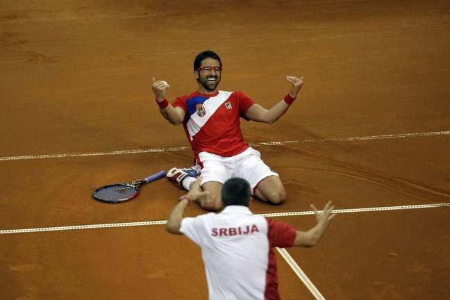 Tipsarevic chama companheiros para celebrar vaga na final da Copa Davis