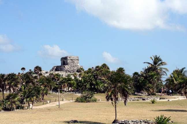 Com inscrições que datam do século 6, Tulum impressiona os visitantes por sua localização, às margens do Mar do Caribe, e pelo bom estado de conservação de suas construções