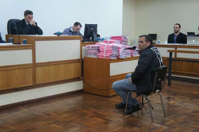 O depoimento mais longo do dia foi o de Luís Gustavo da Silva Riet. Ele entrou em detalhes sobre como teria participado do resgate de vítimas de dentro da Kiss